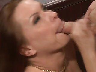 Грудастая начальница соблазнила в кабинете офиса своего лучшего работника