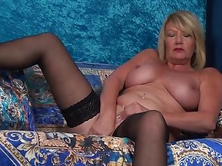 50 летняя тетя на диване раздвигает ноги и ебет себя пальцами в пизду