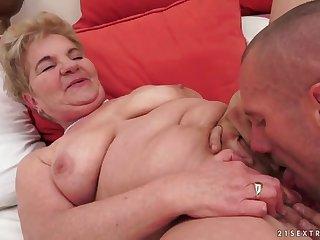 Итальянский парень нежно разводит на секс пожилую бабу на диване