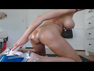 Одинокая зрелая мастурбирует бритую пизду длинной резиновой игрушкой