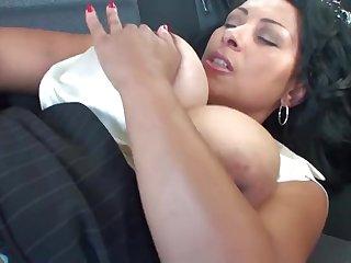 Страстная женщина с большой грудью мастурбирует на заднем сидении машины