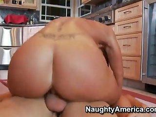 Грудастая брюнетка соблазняет молодого пацана на кухне