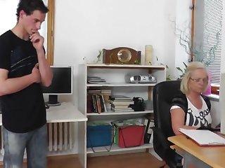 Строгая зрелая начальница вызвала к себе на секс нового молодого работника