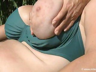 Женщины лесбиянки ласкают друг дружке сочные зрелые сиськи на природе