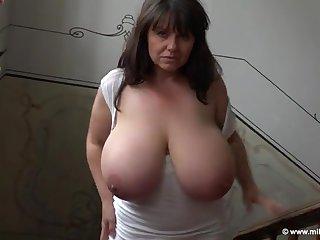Сексуальная 50 летнюю тетя страстно ласкает свои зрелые сиськи