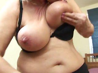 Гламурная старуха мастурбирует волосатую киску перед зеркалом