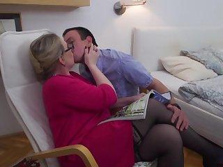 Сочная леди в очках не отказала в сексе своему застенчивому супругу в спальне