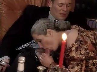 Седая женщина сосёт хуй и дала молодому мужику при свечах