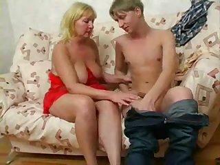 Порно русская 50 летняя женщина дала молодому парню прямо на диване