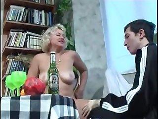 Пьяная русская тётка трахнулась с молодым парнем после пивка