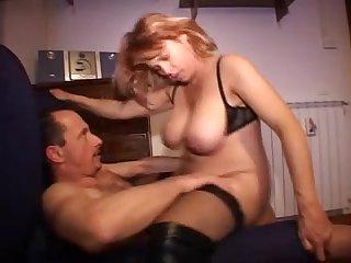 Порно зрелая тётка в длинных сапогах трахается с мужиком дома