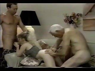 Секс втроём моодую женщину трахаю два мужика ретро порно