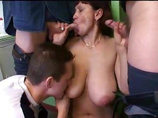 Русское групповое порно пьяную старую тётку трахают толпой парней на вписке