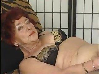 Голая страя бабка с мохнатой пиздой мастурбирует перед камерой