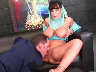 Порно шикарная кавказская женщина в возрасте трахается с мужиком на кожаном диване