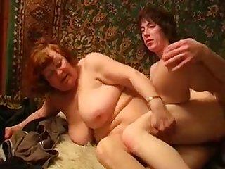 Старую толстую бабку трахают в задницу русская домашняя порнушка