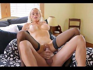 Порно красивую женщину за 40 жёстко  трахают в отеле