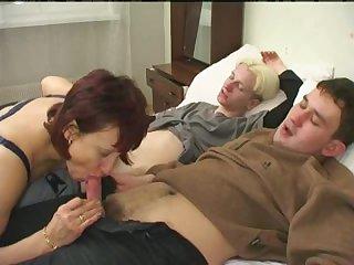 Порно русская мамочка 50 лет сосёт хуи у двух молодых парней