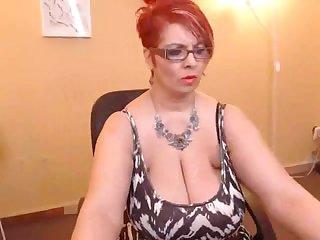 Толстая зрелая мамка раздевается перед вебкамерой