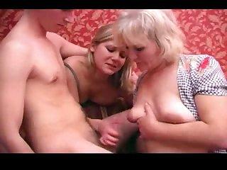 Русское порно мамка с 18 летней тёлкой сусут член