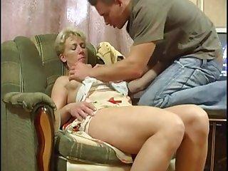 Русская мамка соблазнила молодого парня у себя в квартире