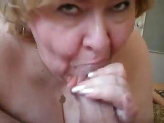 Порно старая толстушка сосёт большой член