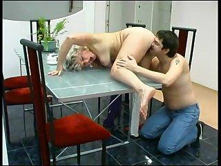 Порно парень лижет пизду русской зрелой тётке посадив её на стол