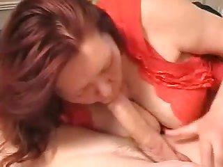 Толстушка в красном белье сосёт хуй в русском частном порно