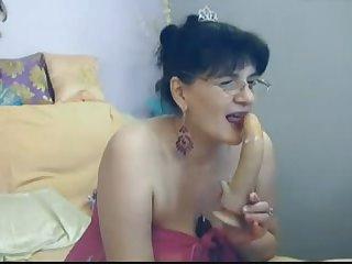 Русская 50 летняя мамочка соёт резиновый член перед вебкамерой
