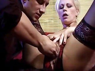 Жёсткий фистинг со зрелой дамой в кружевных чулках