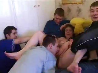 Групповое порно русскую зрелую мамку трахает 5 молодых парней