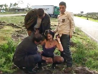 Старая проститутка обслуживает сразу трёх дальнобойщиков