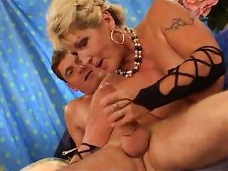 Голая старая блондинка с мохнатой пиздой трахается с молодым парнем
