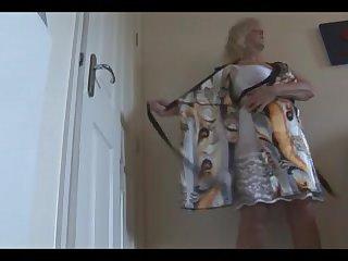 Зрелая тётка в домашнем халате раздевается перед камерой