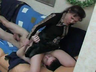 Порно по принуждению зрелая русская мамка заставляет парня лизать пизду