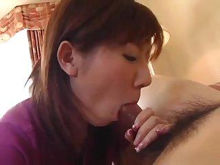 Японская зрелая мамка сосёт член перед камерой порно без цензуры