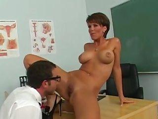 Студент очкарик лижет пизду у красивой учительницы