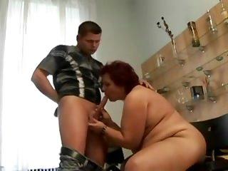 Толстая зрелая женщина сосёт у молодого паренька