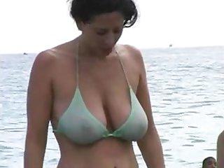 Сочная мамка в бикини на пляже снято скрытой камерой