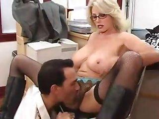 Сочной блонидинке в сапогах лижут мохнатую пизду в офисе
