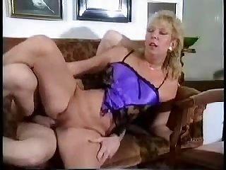 Мужик ебал старую бабку в корсете на диване