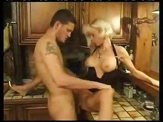 Порнушка парень ебал чужую мамку на кухне