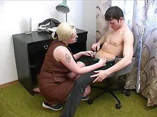 Русская тётка сосёт член у молодого парня в кресле