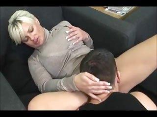 Секс с женой брюнеткой на кровати кончить в писю