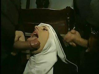 Зрелая монашка сосёт члены у двух мужиков