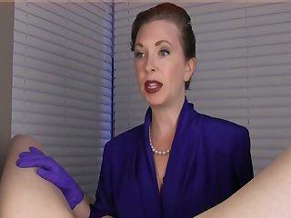 Опытная 40 летняя женщина дрочит парню твёрдый стояк