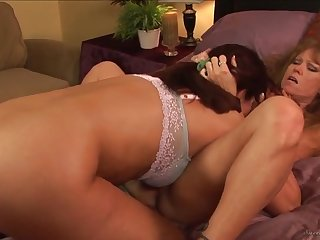 Две лесби женщины расслабились в спальне с помощью великолепного секса