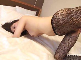 Японская леди в чулках на кровати ебеться с молодым развратником