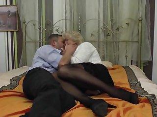 Старуха обнажила перед парнем зрелые сиськи и дает в пизду на кровати