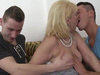Два мужика и женщина 50 лет страстно занимаются групповой еблей на диване